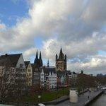 А так видны башни собора с моста через Рейн