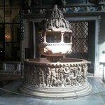 La bellissima fonte battesimale di san Frediano