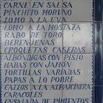 "Curioso mosaico de ""tapas"" de un conocido bar próximo al mirador"