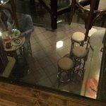 """Blick durch den Glasboden von der """"Räucherkammer"""" in die Schenke"""
