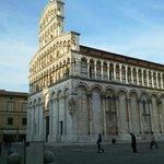 Una visione laterale della chiesa