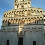 L'altissima facciata di San Michele in Foro
