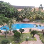 Parte de la piscina y áreas verdes