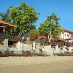 Вид на ресторан отеля с пляжа