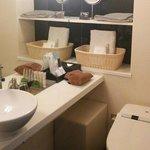 お手洗いも鏡が大きく清潔