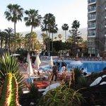 Piscina ed hotel su Playa de Las Americas