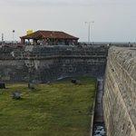 Murallas de Cartagena, al fondo El cafe del Mar