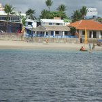 Vista do hotel a partir da jangada que leva às piscinas naturais