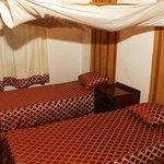 une chambre avec deux lits jumeaux