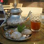 accueil avec un thé à la menthe et des gâteaux