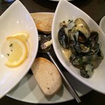 Nicely done mussels. Lemon slice  should put aside as washing fingers bowl. No need on the start