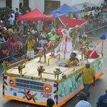 Uitzicht op de carnavalparade vanuit het hotel