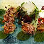 Salade mesclun, saumon mariné, crème de raifort