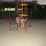 детская площадка (все металлическое - играть можно только вечером)