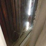 entre fenêtre et volets