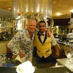 Daniël, bartender in de hotel-lobby, tovenaar met cocktails !
