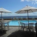 vista da piscina dá pra bahia e ilha de itaparica.