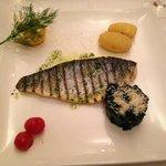 Mittelmeer Wolfsbarsch vom Grill mit Blattspinat und Kartoffeln, ein Gedicht