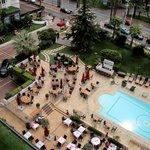 Вид из номера на бассейн и ресторан