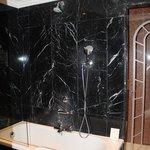 Ванная, за стеклянной дверью - душевая кабина