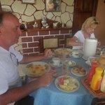 En el comedor desayunando junta a turistas alemanes