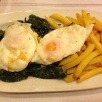 Patatas, huevos y pimientos de padrón