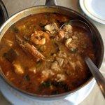 Olha esse arroz de peixe com mariscos: dá pra comer uma famíla!