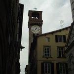 Torre dell'Orologio (Torre  do relógio) vista da Via Fillungo.