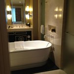 Lovely, oversized Bathroom with sep. shower and toilet room, lots of towels, Bliss products, 2 s