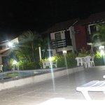 Piscina à noite com vista para as suítes
