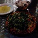 Pizza uit de steenoven, met goeie olijfolie en vers gebakken platbrood om te dippen