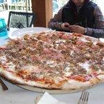 Media pizza de carne y media de champiñones
