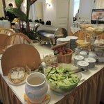 朝食は隣のホテルモノポールのバイキング