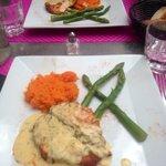 Plat du jour: saumon, sauce citronnée accompagné d'une purée de patates douces et d'asperges