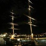 вид на корабль в ночи