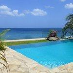 вид на бассейн, пляж и море