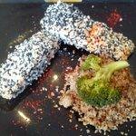 Excelente Salmón al horno con costra de sésamo, brócoli y bulgur...una delicia. Recendadisimo