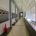 La lunga galleria che porta alla hall