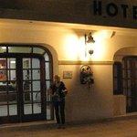 En el frente del Hotel