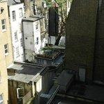 vista a la parte trasera del hotel desde la habitación