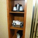 Utensilios para hacer café o té, dentro de la habitación