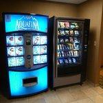 Maquinas de bebidas y snacks en el pasillo de las habitaciones
