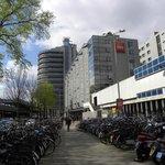 Facciata con parcheggi biciclette