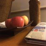 fruta fresca, agua y periodico diario
