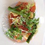 Smørrebrød med laks og asparges.