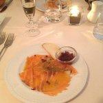 carpaccio di salmone marinato gravlax con cipolla rossa caramellata