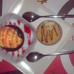Exquisito coulant de chocolate con helado de mandarina