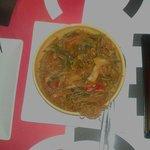 Fideos chinos con verduras salteadas y pollo en escabeche. .impresionante!!!!!