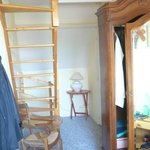 escalier menant à une chambre avec un lit 1 personne