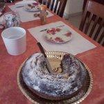 Tavola apparecchiata con torta
